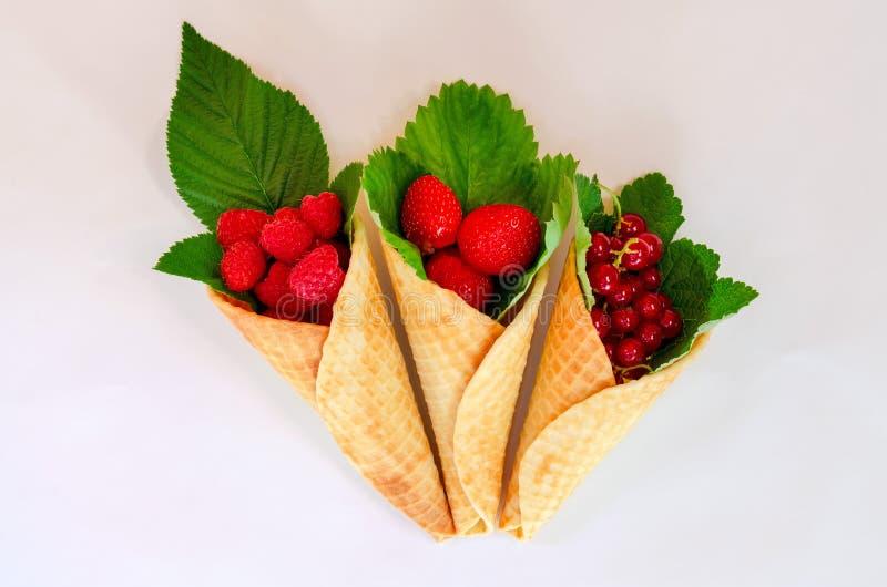 Cones de gelado com frutos Fruto de baga fresco, morango da vista superior, framboesa e corinto foto de stock royalty free