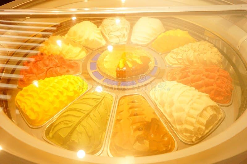 Cones de gelado da morango, do chocolate, da baunilha e do pistachio sobre o fundo branco fotografia de stock