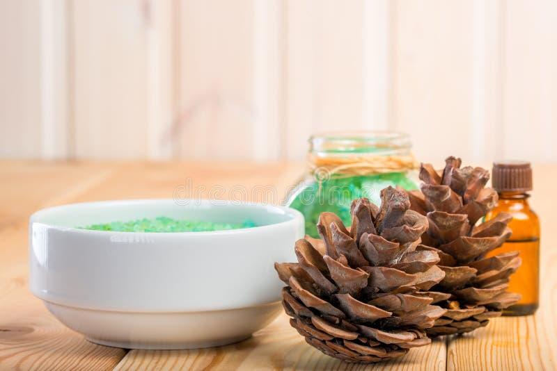 Cones do pinho e sal do mar para banhar-se com extrato do pinho imagem de stock royalty free
