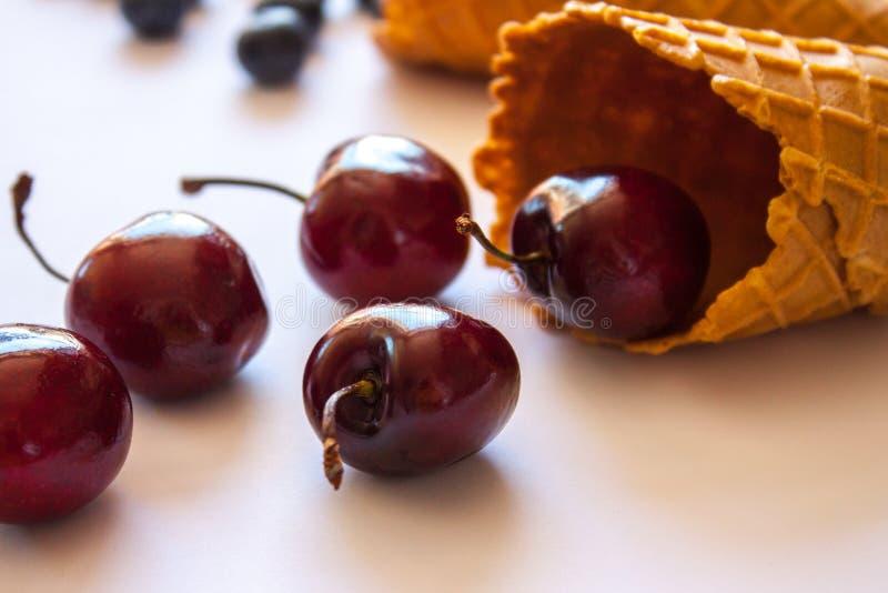 Cones do waffle com cerejas imagens de stock