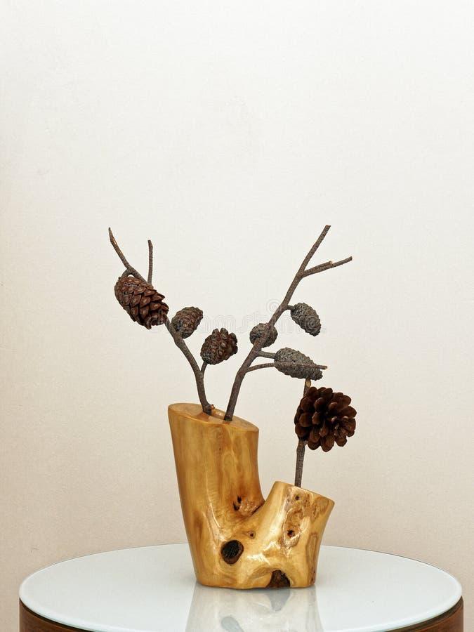 Cones secados do pinho em Olive Wood Vase fotografia de stock