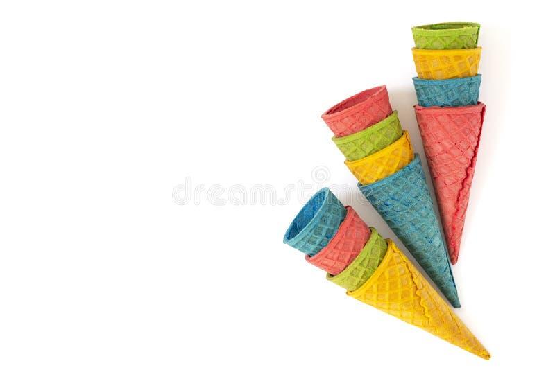 Cones vazios coloridos do waffle do gelado no fundo branco Copie o espa?o fotos de stock royalty free