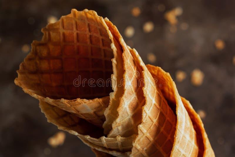 Cones vazios empilhados caseiros do waffle dos cartuchos ou do gelado no fundo escuro fotografia de stock royalty free