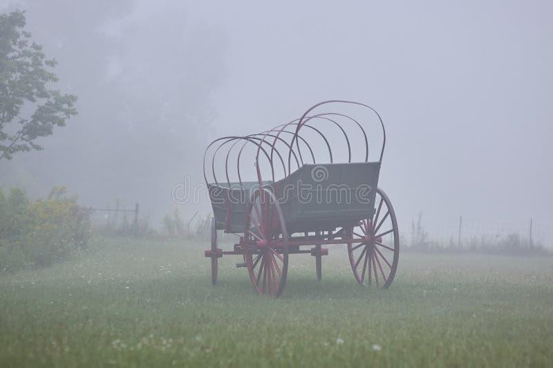 Conestoga furgon w mgle zdjęcia royalty free