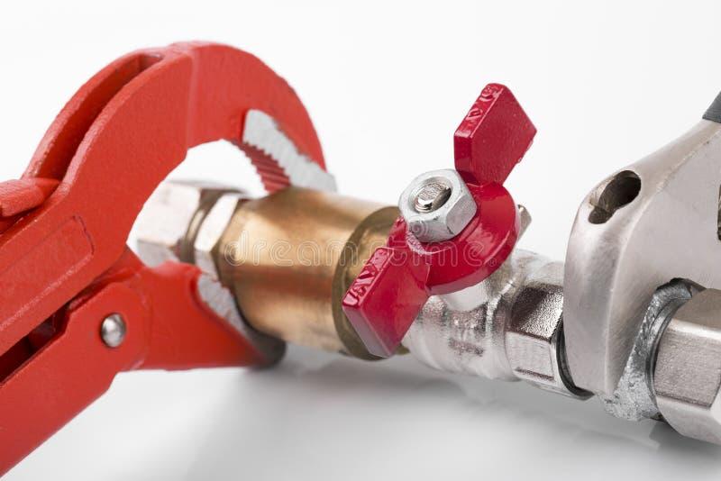 Conexão da válvula do encanamento e chave de tubulação fotografia de stock