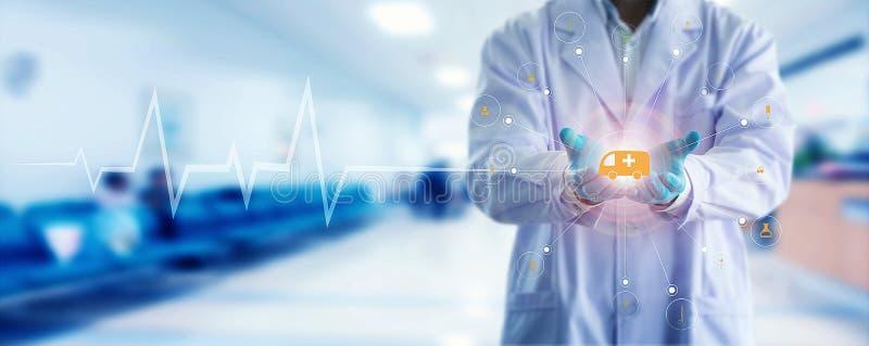 Conexão de rede médica de toque disponivel do ícone do doutor e do estetoscópio da medicina com a relação moderna da tela virtual foto de stock