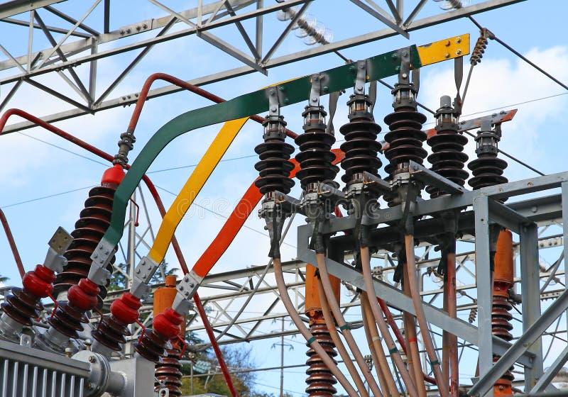 Conexão elétrica com as grandes barras de cobre de uma alta tensão t fotografia de stock royalty free