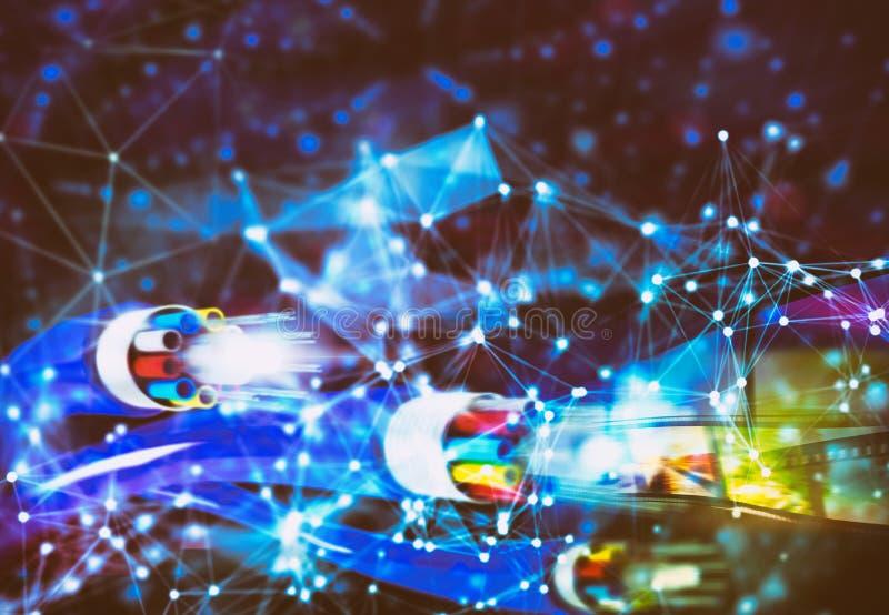 Conexão a Internet com os cabos de fibra ótica Conceito do Internet rápido com efeitos da rede fotos de stock royalty free