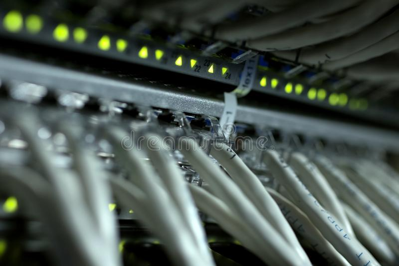 Conexões de cabos do Internet com os servidores Centros da data do servidor fotografia de stock