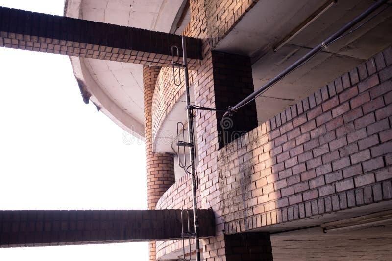 A conex?o estrutural velha do carpark fotos de stock royalty free