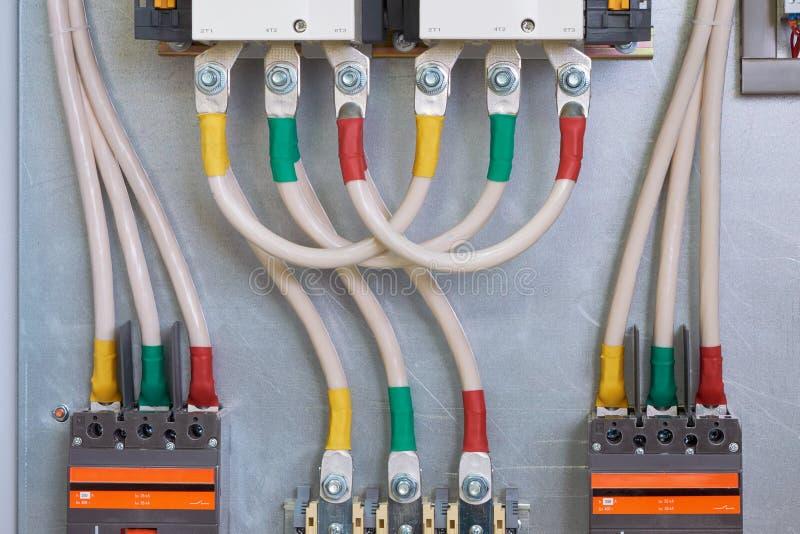 Conexión de cables a los contactores, disyuntores, a través de los terminales imágenes de archivo libres de regalías