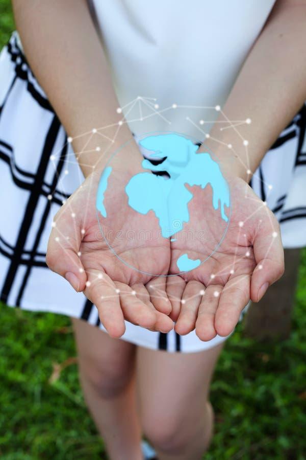 Conexión de red global del círculo de la tenencia de la mujer e intercambios de datos por todo el mundo foto de archivo