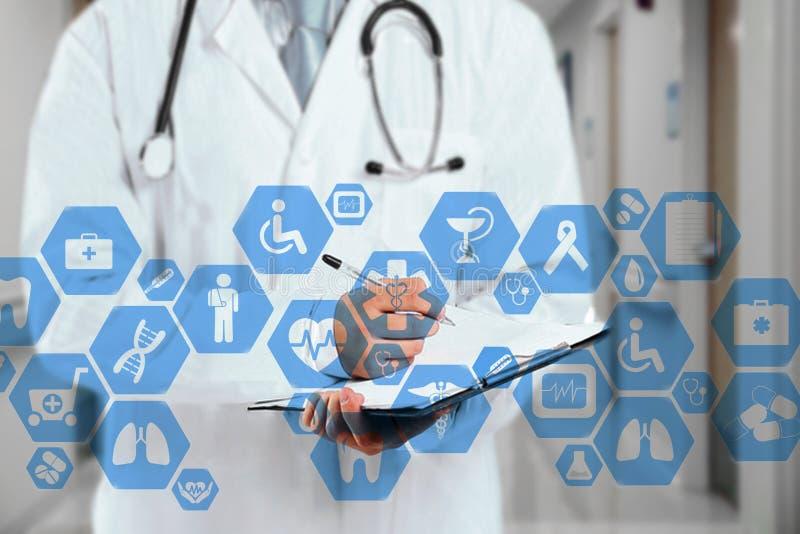 Conexión de red médica en la pantalla táctil y el doctor virtuales con el estetoscopio en fondo del hospital imagenes de archivo