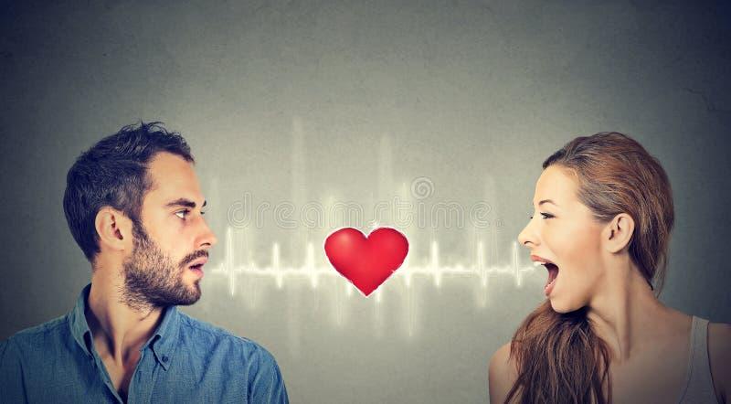 Conexión del amor Mujer del hombre que habla con el corazón mientras tanto imagen de archivo