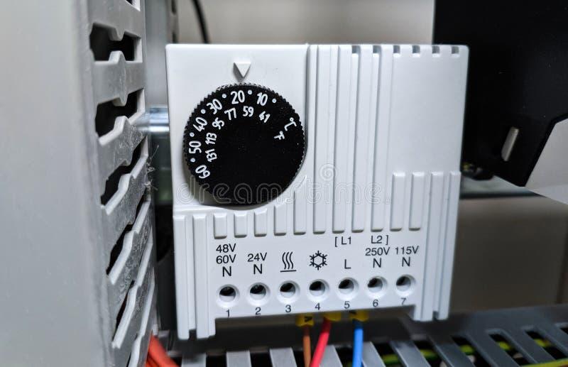 Conexión del cableado al equipo de medida en el panel eléctrico imágenes de archivo libres de regalías