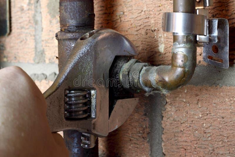 Conexión del hombre del tubo de gas fotografía de archivo