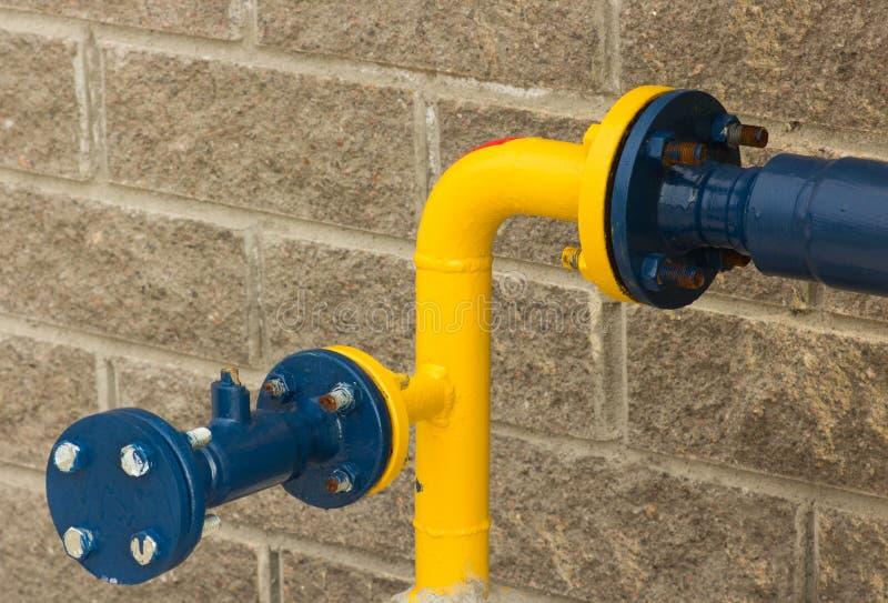Conexión del tubo de gas azul-y-amarillo, primer del lado de la calle foto de archivo
