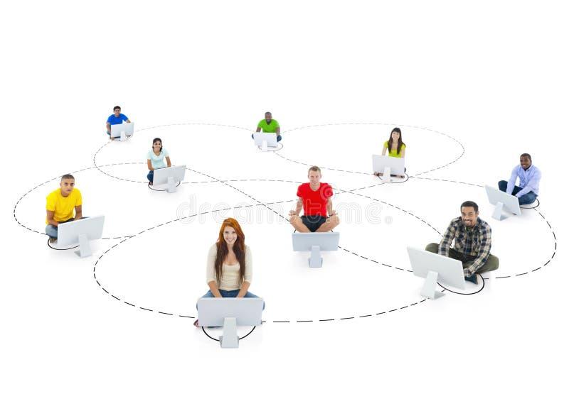 Conexión multiétnica de la gente y establecimiento de una red social imágenes de archivo libres de regalías