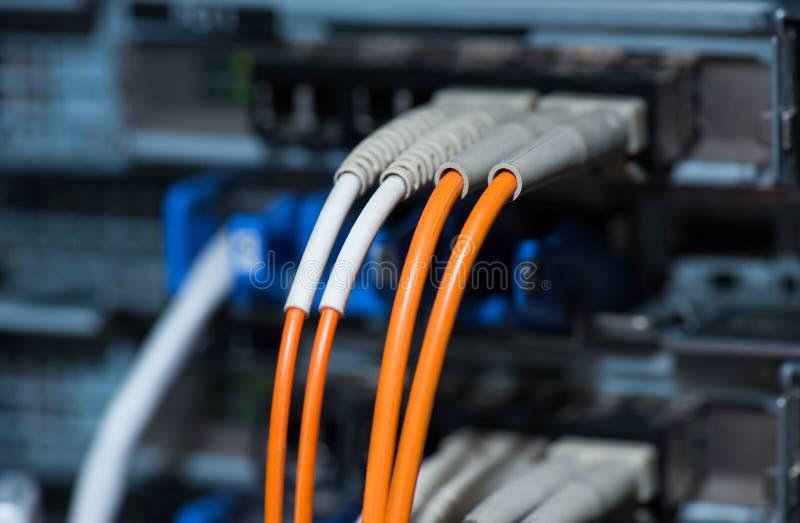 Conexiones ópticas de la fibra con los servidores fotos de archivo