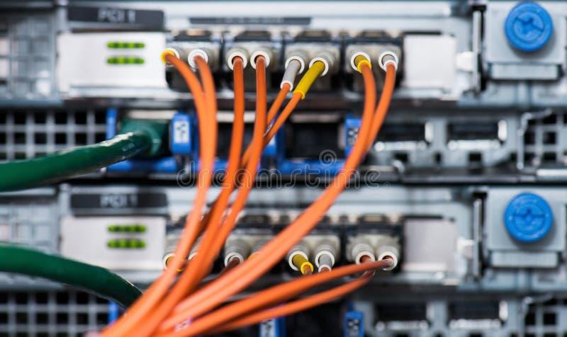Conexiones ópticas de la fibra con los servidores imagen de archivo libre de regalías