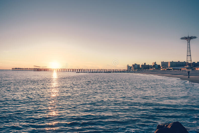 Coney Island bei Sonnenuntergang lizenzfreie stockbilder
