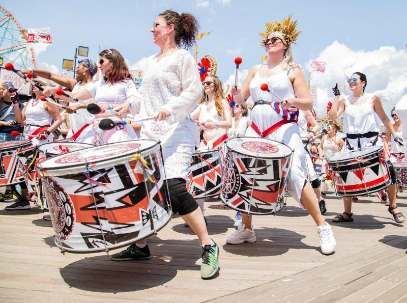 Coney Island, Brooklyn, Nowy Jork, Czerwiec 22, 2019: Roczna syrenki parada obraz stock