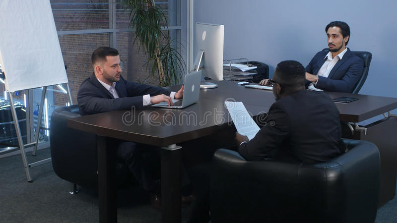 Conférence d'affaires avec l'équipe dans le bureau photo libre de droits