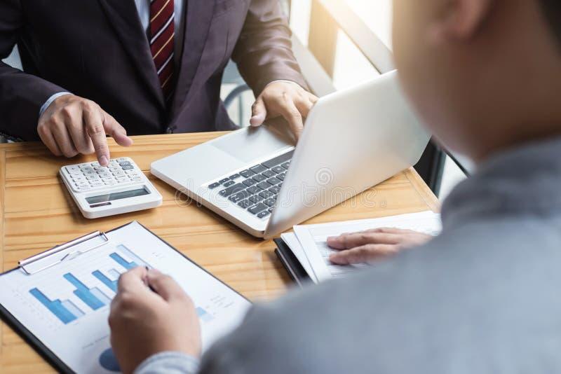 Conférence de fonctionnement de Co, équipe d'affaires rencontrant le présent, investisseur c image stock