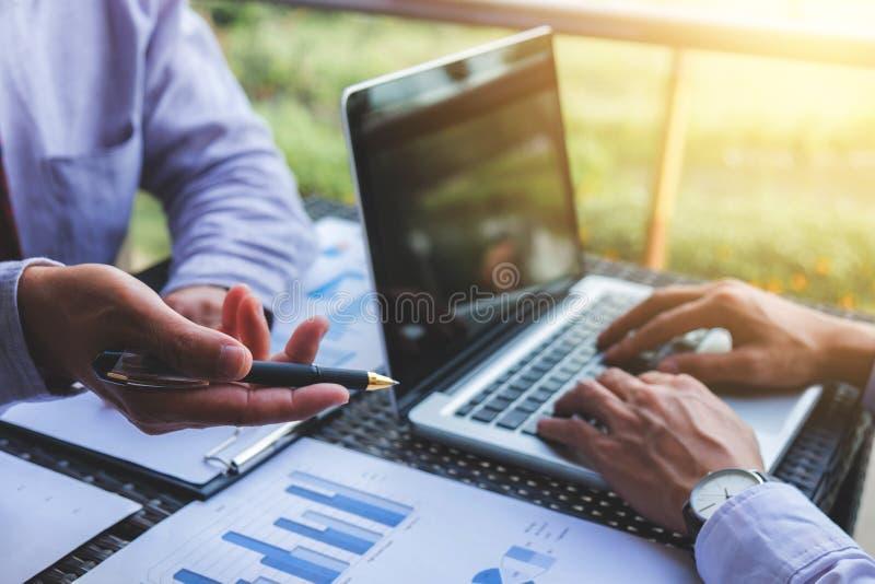 Conférence de fonctionnement de Co, équipe d'affaires rencontrant le présent, investisseur e image libre de droits