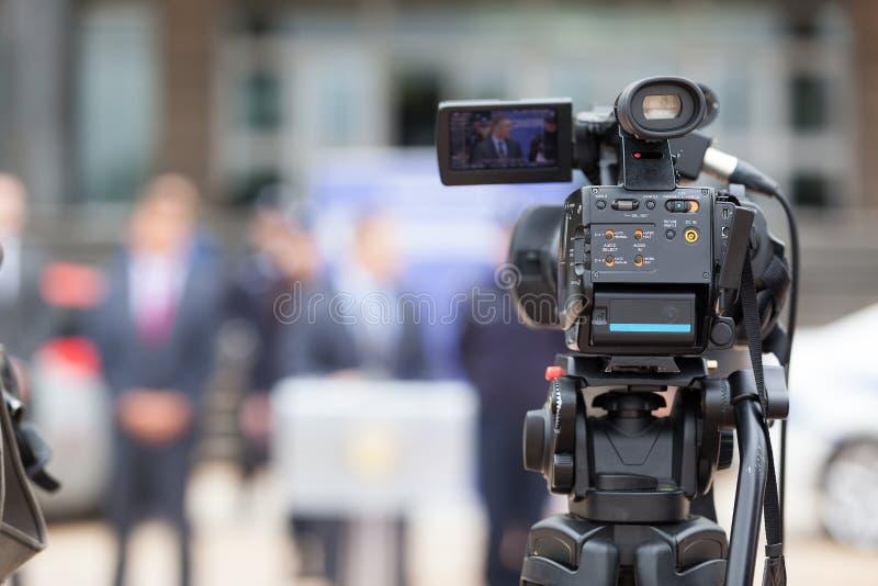 Conférence de presse Filmer un événement avec une caméra vidéo photographie stock libre de droits