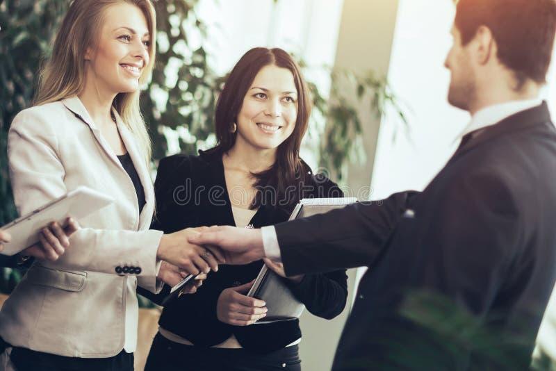 Conf?rence des entrepreneurs Affaires avec une poign?e de main photographie stock
