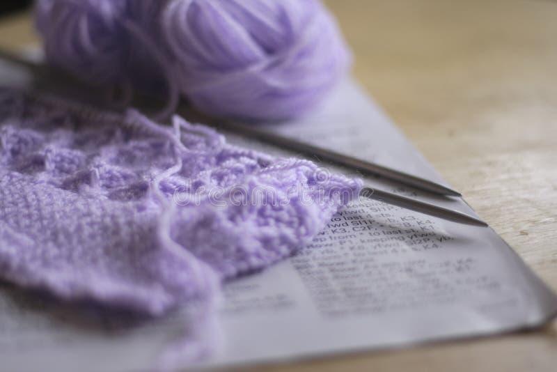 Confecção de malhas em agulhas foto de stock