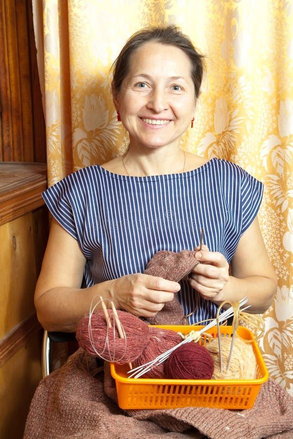 Download Confecção De Malhas Idosa Da Mulher Imagem de Stock - Imagem de knitting, mãos: 26523457
