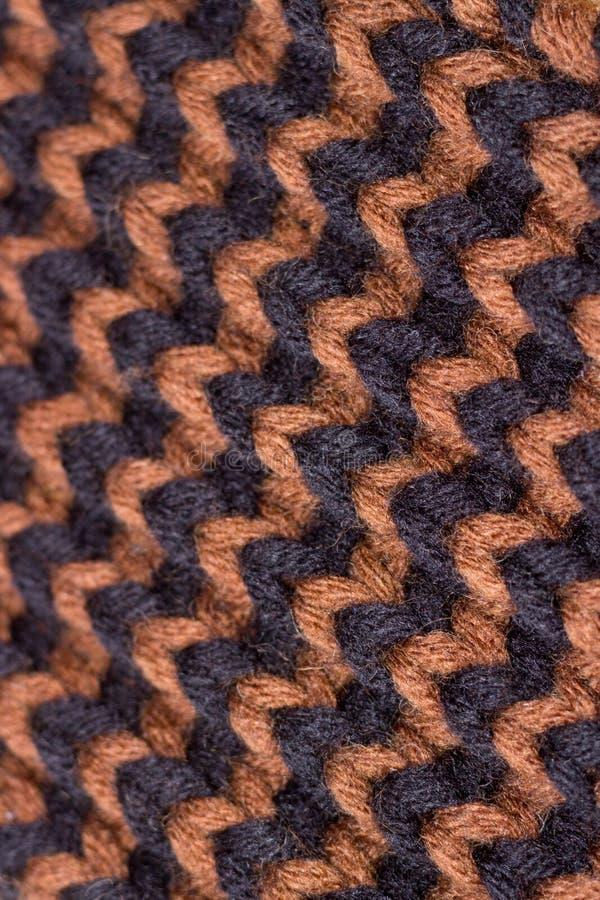 Confecção de malhas Textura feita malha fundo Agulhas de confecção de malhas brilhantes Fio de lã preto e marrom para fazer malha fotos de stock royalty free