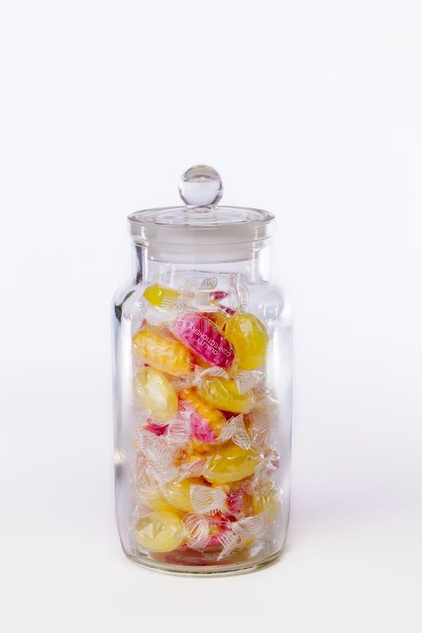 confectionery Frasco de doces fervidos nos envoltórios isolados contra imagens de stock