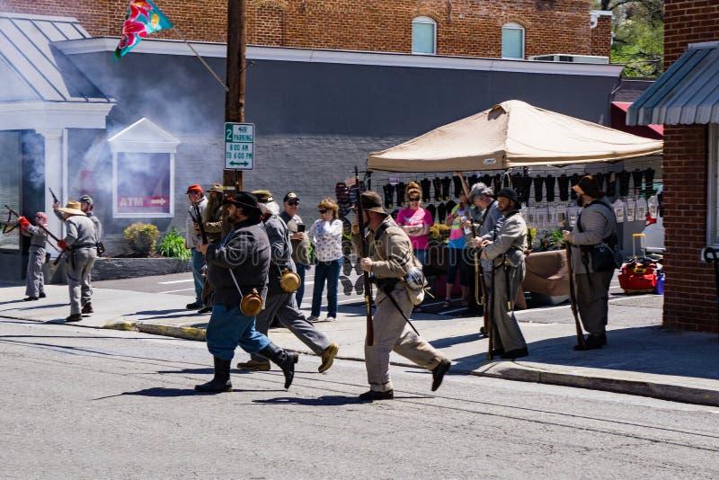 Confederate Reenactors увольняя их оружия на сражении Buchanan стоковые фото