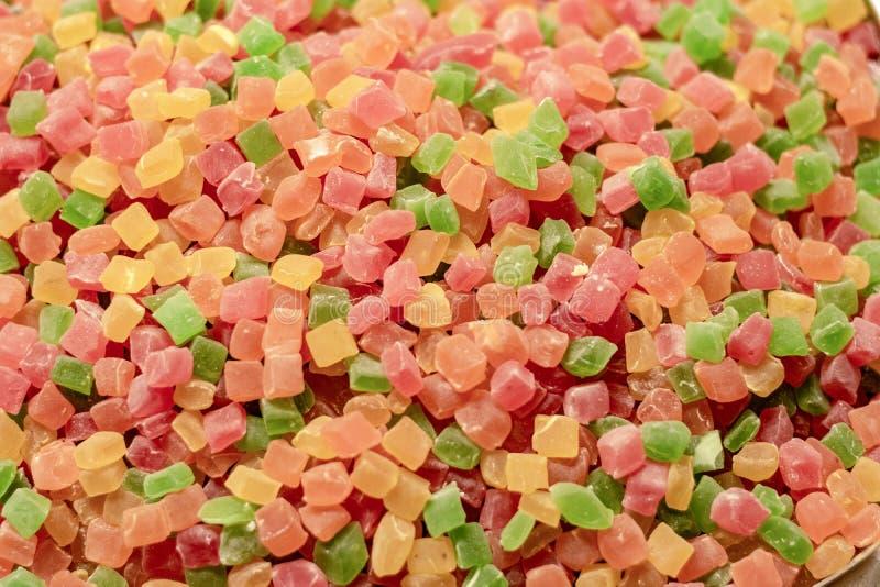 Confeitos do cubo Coberto com o açúcar em cores diferentes A estrutura granulada lá foi filmada na frente da loja imagem de stock