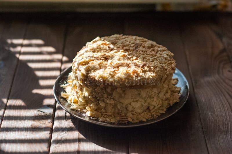 Confeitos Napoleon Cake da fatia Parcela de espaço da cópia da sobremesa de creme do creme Migalhas em torno da placa Fim doce sa fotografia de stock royalty free