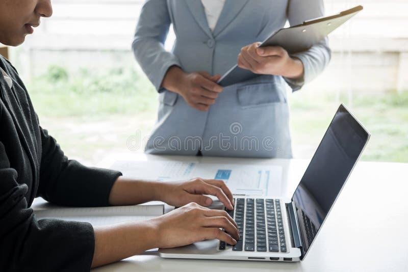 Conferência da equipe do líder da mulher de negócios sobre o encontro da apresentação ao funcionamento de projeto de investimento fotos de stock royalty free