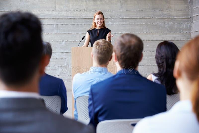 Conferência de Addressing Delegates At da mulher de negócios fotografia de stock royalty free
