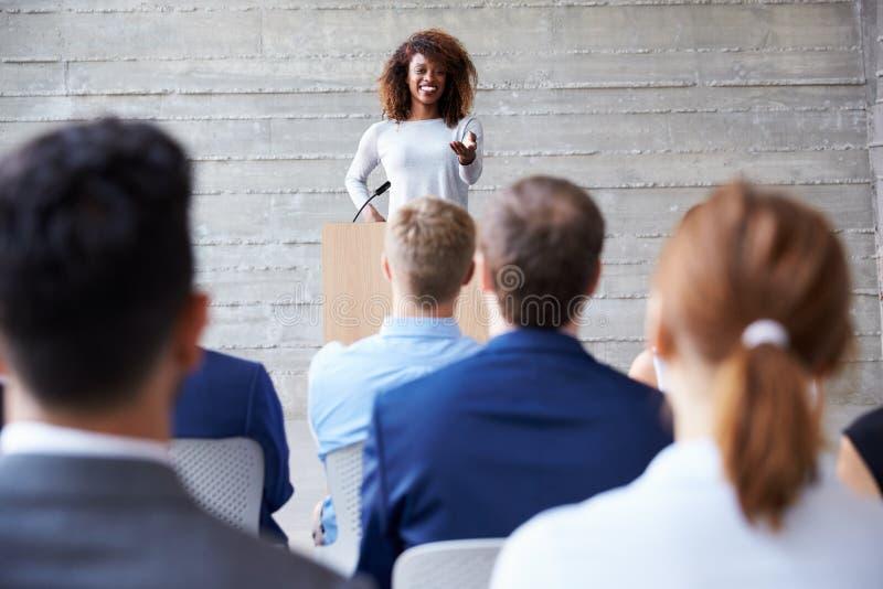 Conferência de Addressing Delegates At da mulher de negócios fotografia de stock