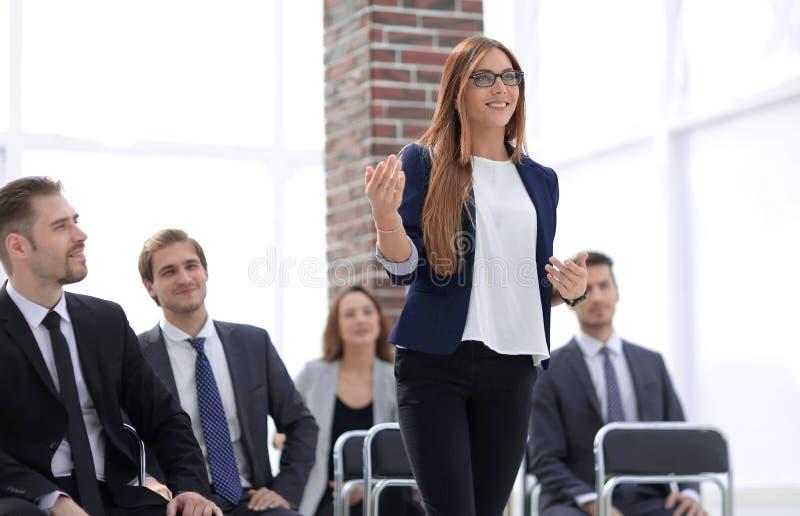 Conferência de Addressing Delegates At da mulher de negócios fotos de stock royalty free