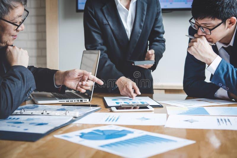 Conferência de funcionamento do Co, colegas da equipe do negócio que discutem trabalhando a análise com os dados financeiros e in fotografia de stock