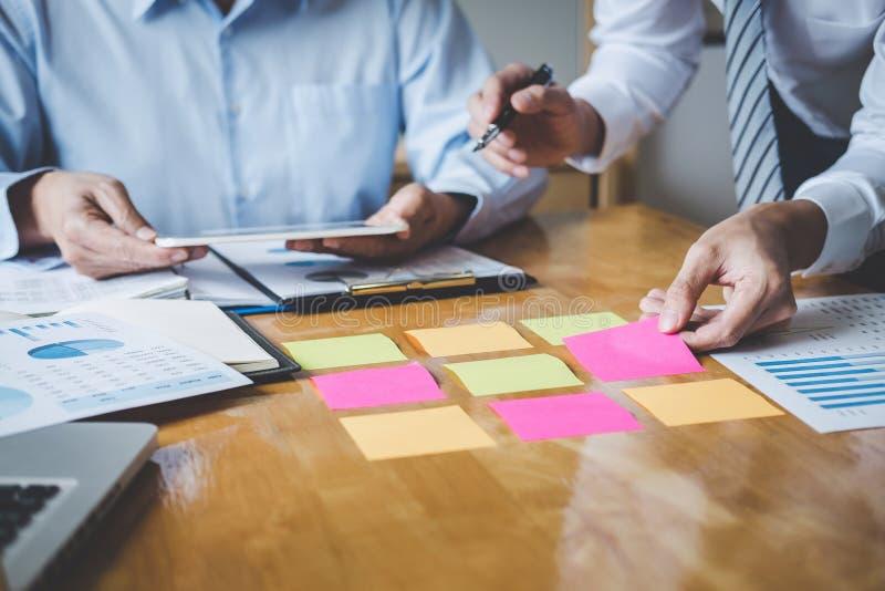 Conferência de funcionamento do Co, equipe executiva que discute as cartas e os gráficos que trabalham na estratégia empresarial  foto de stock