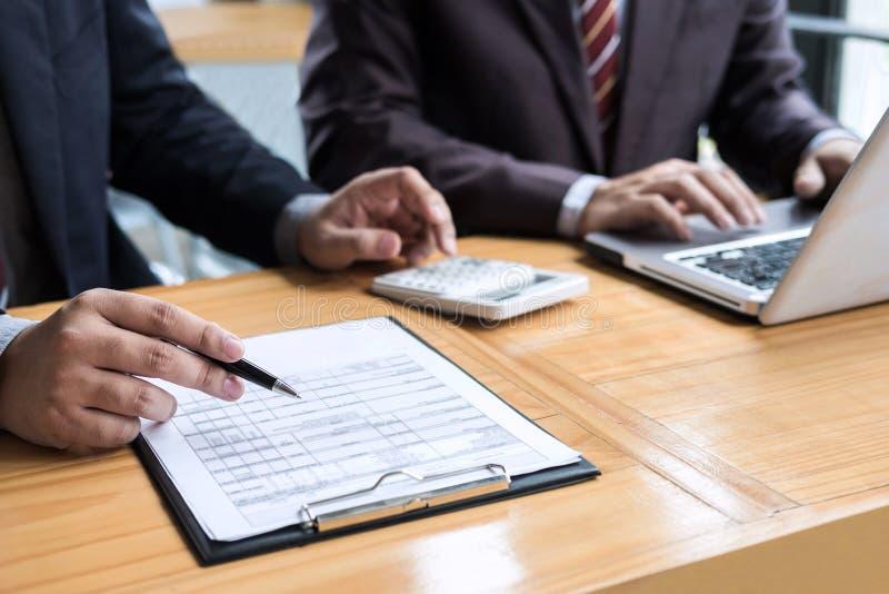 Conferência de funcionamento do Co, presente da reunião da equipe do negócio, colegas do acionista que discutem dados financeiros fotografia de stock royalty free
