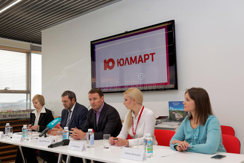 Conferência de imprensa na empresa de Ulmart foto de stock