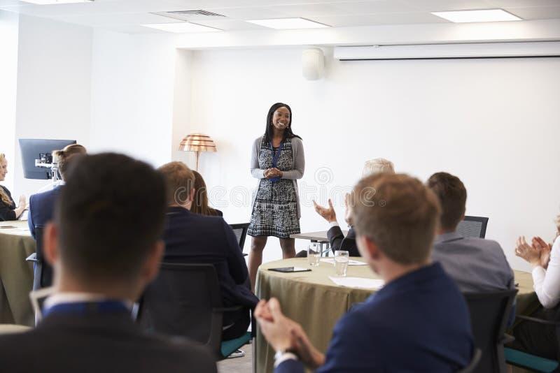 Conferência de Making Presentation At da mulher de negócios foto de stock