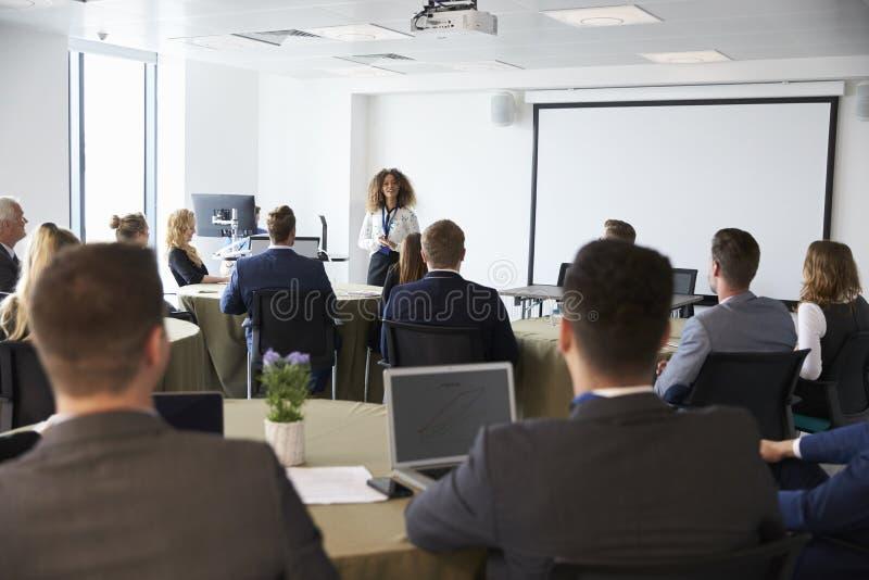 Conferência de Making Presentation At da mulher de negócios foto de stock royalty free