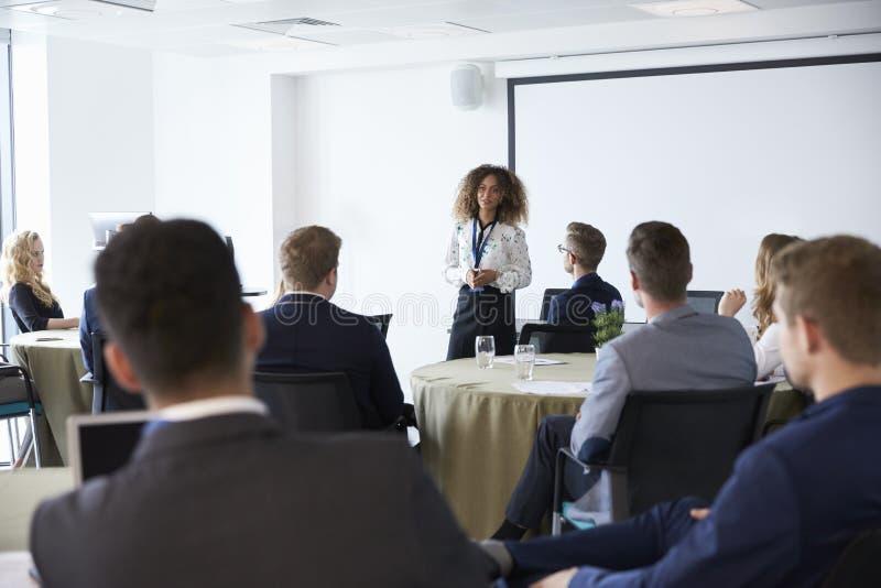 Conferência de Making Presentation At da mulher de negócios imagem de stock royalty free