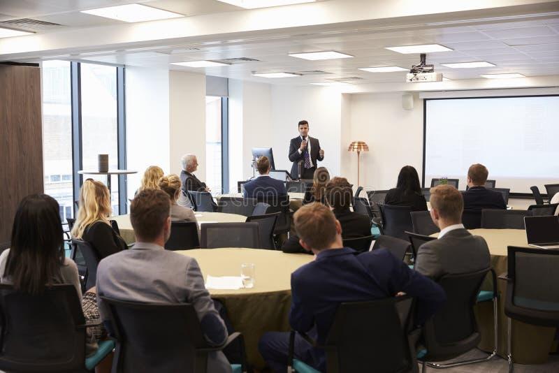 Conferência de Making Presentation At do homem de negócios fotografia de stock